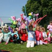 Zabawy przedszkolaków na świeżym powietrzu