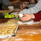 Przedszkolaki pieką ciasteczka