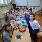 Pieczenie ciasteczek i spotkanie przy wigilijnym stole w klasach pierwszych