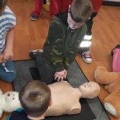 Pierwszaki uczą się udzielania pierwszej pomocy