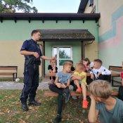 Spotkanie klas młodszych z policjantem
